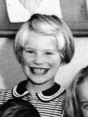 Tänkbara namn: Birgitta Sjöberg Ingrid Nilsson Lili-Ann (ja-ja) Nilsson / Carlsson Siv Gustafsson Ulla-Britt Jansson / Karlestedt - g109